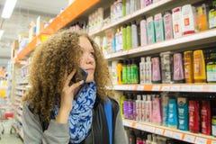 Jugendlich Mädchen wählt im Geschäft persönliche Hygiene lizenzfreie stockbilder