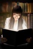 Jugendlich Mädchen, welches das Buch liest Lizenzfreie Stockfotos