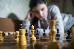 Jugendlich Mädchen, welches die Niederlage spielt Schach macht stockbild