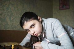 Jugendlich Mädchen, welches die Niederlage spielt Schach macht stockfotos