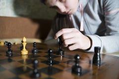 Jugendlich Mädchen, welches die Niederlage spielt Schach macht Lizenzfreies Stockfoto