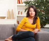 Jugendlich Mädchen zu Hause Lizenzfreie Stockfotografie