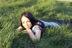 Jugendlich Mädchenlagen lizenzfreies stockfoto