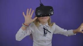 Jugendlich M?dchen in den virtuellen Gl?sern auf einem Hintergrund des purpurroten Hintergrundes stock video footage