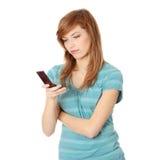 Jugendlich Mädchen, das Handy verwendet Stockfotos