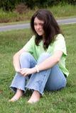 Jugendlich Mädchen in Gras 2 Lizenzfreies Stockfoto