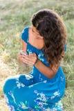 Jugendlich Mädchen mit einem Telefon im Park Stockfoto
