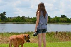 Jugendlich Mädchen mit Hund Stockbild