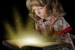 Jugendlich Mädchen, welches das Buch liest. Lizenzfreie Stockfotos