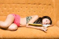 Jugendlich Mädchenschlaf mit geöffnetem Buch Stockbilder
