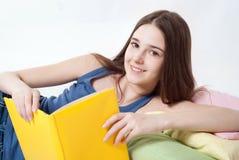 Jugendlich Messwert ein Buch Lizenzfreie Stockbilder