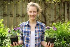 Jugendlich mit Blumen in den Händen Lizenzfreies Stockfoto