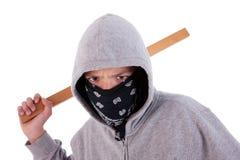 Jugendlich mit einem Steuerknüppel, in einer Tat des jugendlichen delinquenc lizenzfreie stockbilder