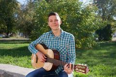 Jugendlich mit Gitarre Stockbild