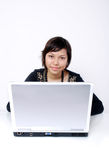 Jugendlich mit Laptop lizenzfreie stockfotografie
