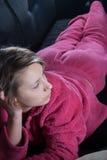 Jugendlich mit Pyjamas auf der Couch Lizenzfreie Stockfotografie