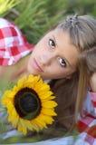 Jugendlich mit Sonnenblumen lizenzfreies stockbild