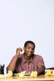 Jugendlich mit zerknittertem Papier - Vertikale Stockfoto