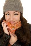 Jugendlich Modell des Brunette, das ihren Hut und Beanie sich anschmiegt Stockfoto