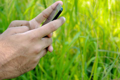 Jugendlich Plaudern und Spielen mit Smartphone Lizenzfreie Stockfotografie