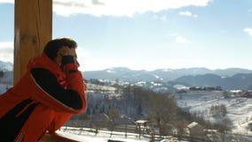 Jugendlich schauende schöne Landschaft an den Bergen im Winter stock video