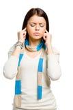 Jugendlich schließt ihre Ohren mit den Händen Stockbild