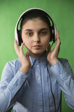 Jugendlich Schulmädchen hören Musik in den Kopfhörern lizenzfreies stockbild