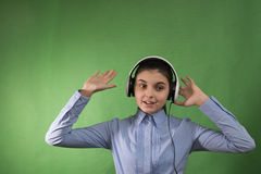 Jugendlich Schulmädchen hören Musik in den Kopfhörern Stockfotografie