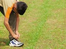 Jugendlich, seinen Schuh binden lizenzfreie stockfotos