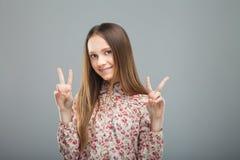 Jugendlich Showgeste des Friedens oder des Sieges Stockbild