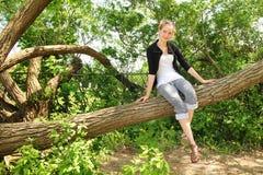 Jugendlich sitzen Sie auf einem Zweig Stockfotografie