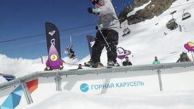 Jugendlich Skifahrerdia auf Spur Pappkosmische Gegenstände Leute sonnig kameramann stock footage