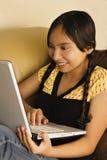 Jugendlich, Spaß mit Laptop habend Stockbilder