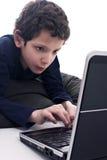 Jugendlich spielender Computer Stockfotos
