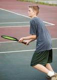 Jugendlich spielendes Tennis - Anflug Lizenzfreie Stockfotos