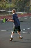 Jugendlich spielendes Tennis - zwei übergaben Rückhandschlag Lizenzfreies Stockbild