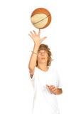 Jugendlich Spinnen des Basketballs auf Finger Lizenzfreie Stockbilder
