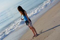Jugendlich am Strand Stockbilder