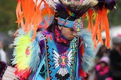 Jugendlich Tänze des amerikanischen Ureinwohners im vollen Kostüm stockfoto