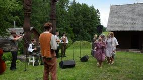 Jugendlich Tanz der Landband stock video footage