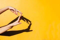 Jugendlich Tanzen des Sommermädchens unter direktes Sonnenlicht minimalen happines Konzept, Abschluss herauf Hand-silhoutte mit s Lizenzfreies Stockbild