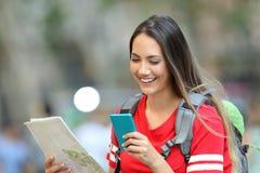 Jugendlich Tourist, der on-line-Informationen konsultiert stockfotos