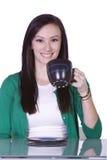 Jugendlich-trinkender Kaffee beim Arbeiten an dem Baut. Lizenzfreies Stockbild