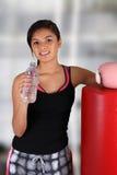 Jugendlich-Trinkwasser Stockbilder