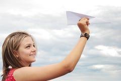Jugendlich- und Papierflugzeug lizenzfreies stockbild