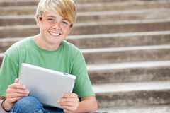Jugendlich unter Verwendung des Tablettecomputers Stockfotos