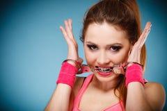 Jugendlich Verbrechen - Jugendlichmädchen in den Handschellen Stockfoto