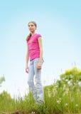 Jugendlich vergolden Sie draußen im Sommer Stockfoto