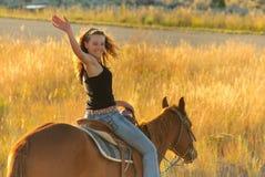Jugendlich Verlassen auf Pferd stockfotos