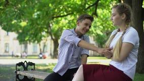 Jugendlich Versuchen, Streit mit beleidigter Freundin zu bilden, Wiedervereinigung nach Konflikt stock video